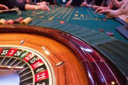 table casino, roulette, jetons, mains clients